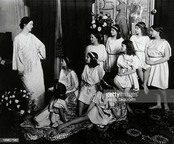 The dancer Isadora Duncan with her students Photography 20th century