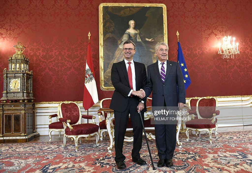 The defeated Austrian presidential candidate Norbert Hofer (L) and Federal President Heinz Fischer shake hands during a post-election meeting at the presidential offices in Vienna on May 25, 2016. / AFP / APA / HELMUT FOHRINGER / Austria OUT