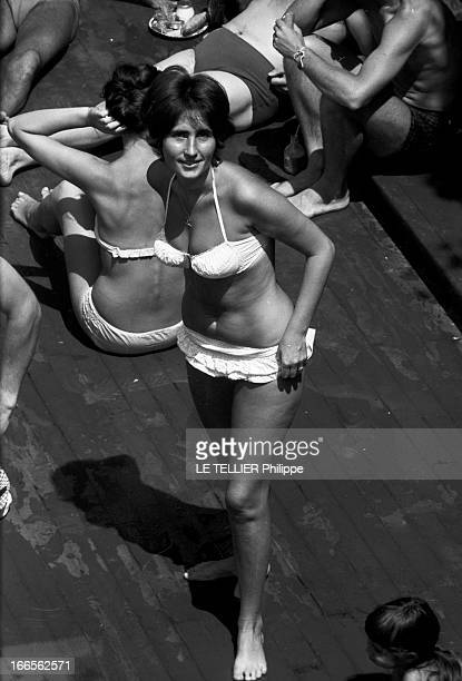 The Deligny Pool In Paris Paris le 8 juillet 1959 piscine Deligny scènes de bains près du grand bassin une baigneuse debout en maillot de bain deux...