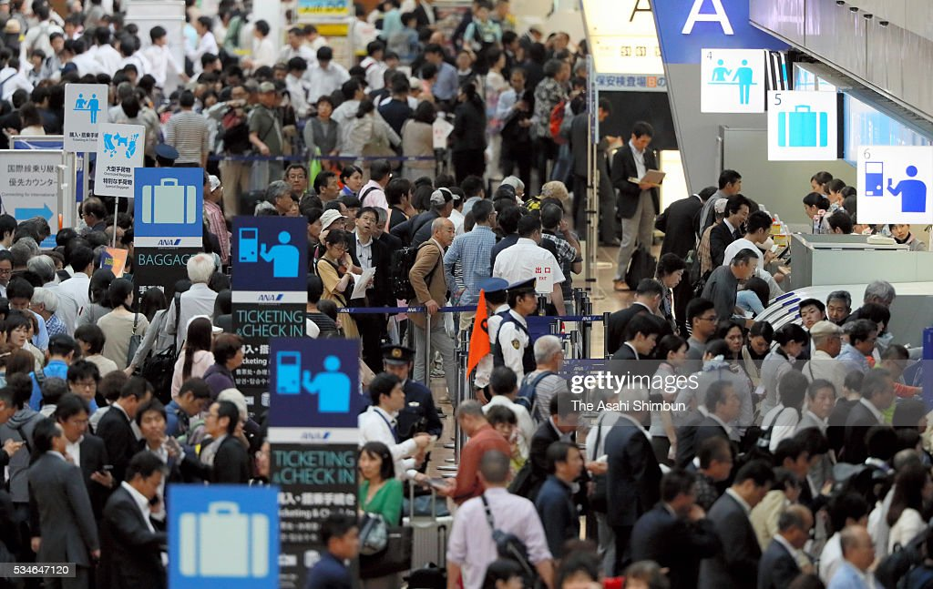 The departure lounge of the Terminal 2 is packed with passengers after the fire of the Korean Air 2708 bound for Seoul at the Haneda International Airport on May 27, 2016 in Tokyo, Japan. 319 passengers and crews have safely evacuated. C runway has been closed.