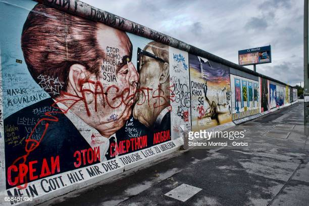 The depiction of the brotherly kiss between Leonid Breschnew and Erich Honecker has been vandalised with an inscription against homophobia in Russia...