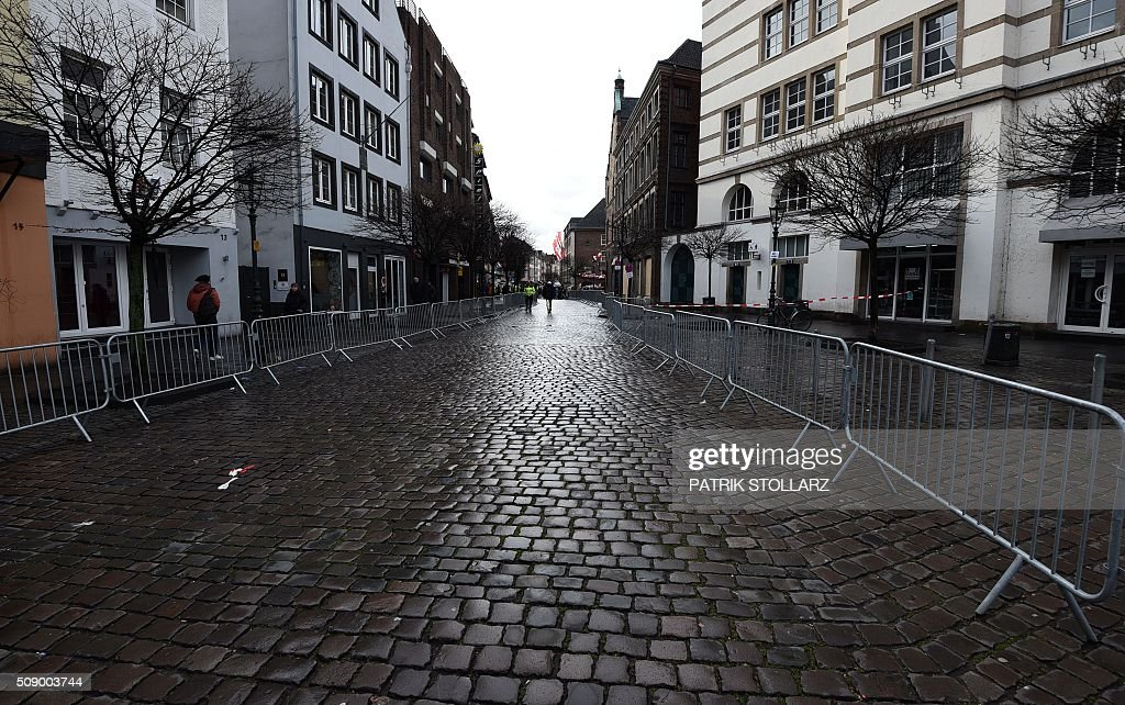 The deserted route of the Rose Monday (Rosenmontag) street parade is pictured in Duesseldorf, western Germany, after the parade has been cancelled due to stormy weather on February 8, 2016. / AFP / PATRIK STOLLARZ