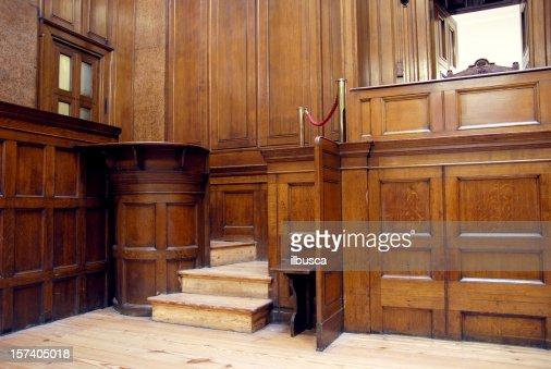 ドックの法廷