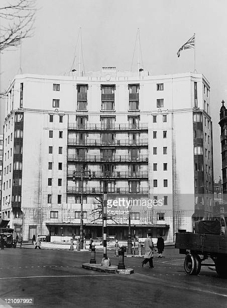 The Dorchester hotel on Park Lane Mayfair London April 1946 Designed by architects Owen Williams and William Curtis Green the luxury hotel was...