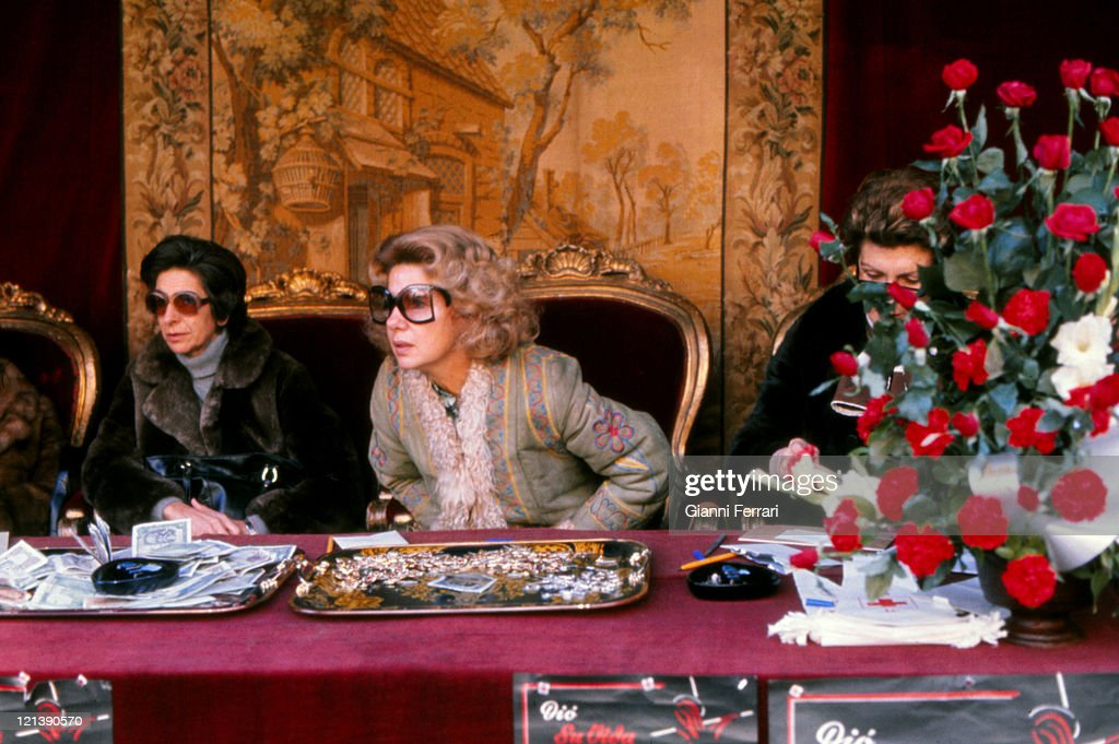 The Duchess Cayetana of Alba get money for the Red Cross.1975, Madrid, Spain.