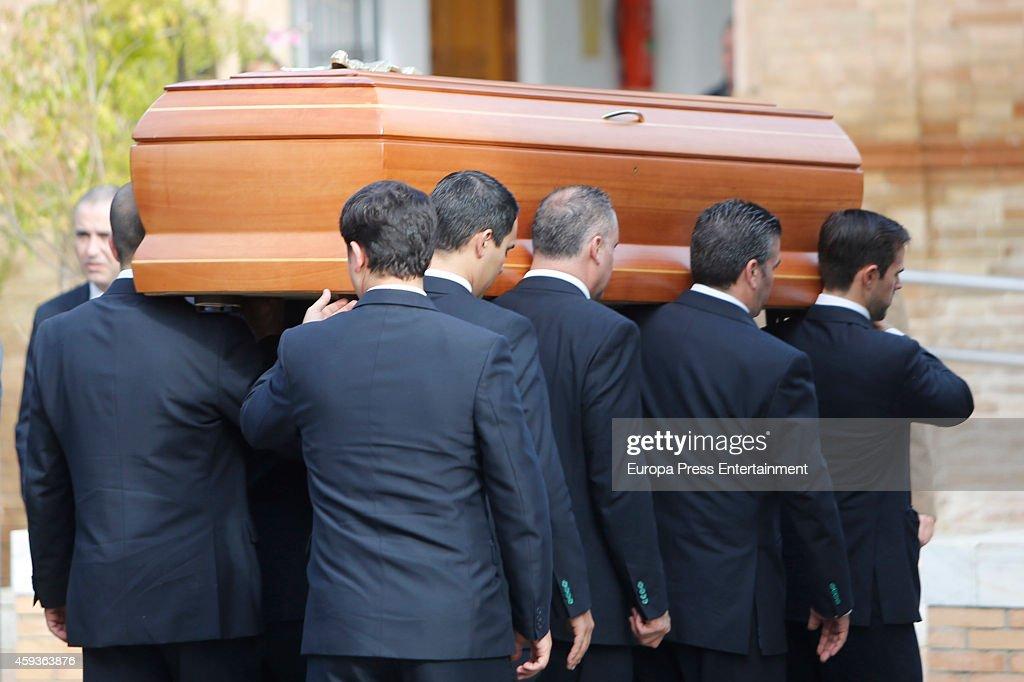 The Duchess of Alba's coffin arrives at a crematorium on November 21 2014 in Seville Spain 88yearold Maria del Rosario Cayetana FitzJamesStuart the...