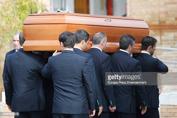 The Duchess of Alba's coffin arrives at a crematorium on November 21 2014 in Seville Spain 88yearold Maria del Rosario Cayetana FitzJamesStuart the...