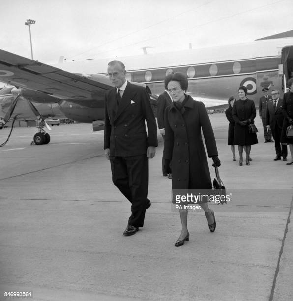 The Duchess of Windsor mourning her husband and the Earl Mountbatten of Burma mourning the Duke of Windsor as a friend at Heathrow Airport The Earl...