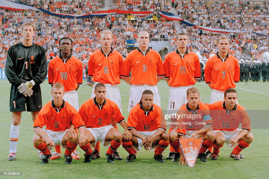 ¿Cuánto mide Edwin Van der Sar? - Real height The-dutch-squad-before-the-1998-soccer-world-cup-match-against-picture-id612548040