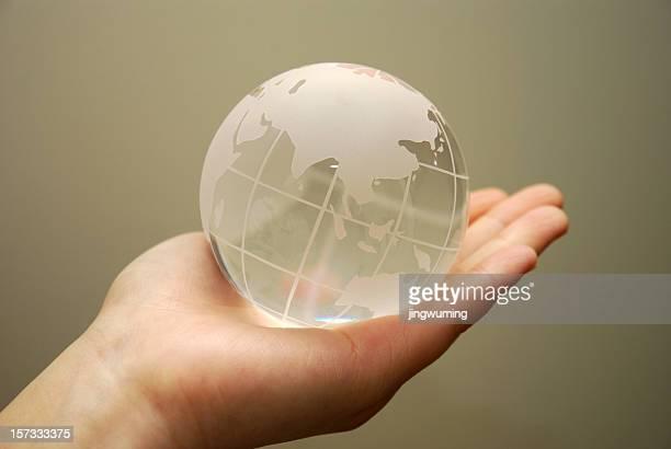 Die Erde in der hand
