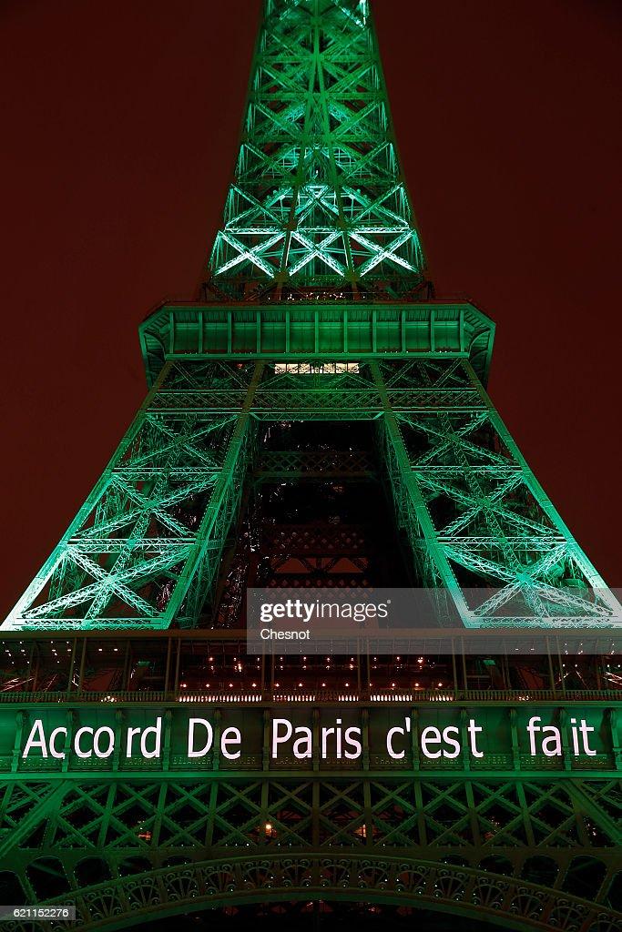 Photos et images de Paris Monuments Light Up For The Paris – Words of Agreement