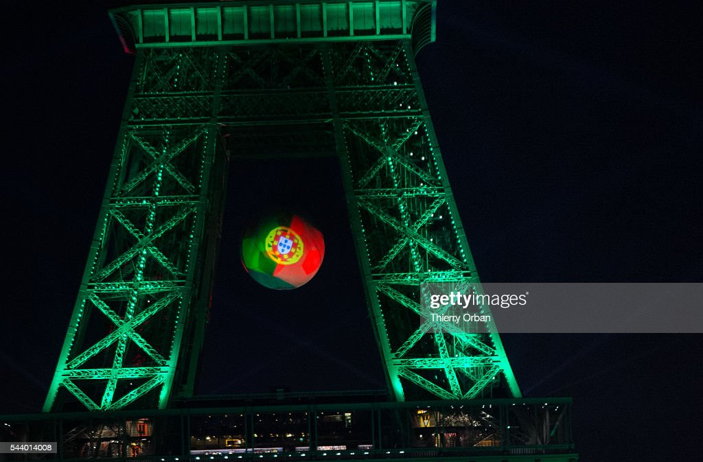 Sport  - Seite 4 The-eiffel-tower-is-lit-up-in-the-colors-representing-portugal-for-picture-id544014008