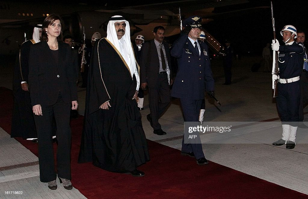 The Emir of the State of Qatar, Hamad Bin Khalifa Al-Thani (C), is welcomed by Colombian Foreign Minister Maria Angela Holguin at CATAM militar airport, in Bogota, on February 14, 2013. Al-Thani is in Colombia on a two-day official visit. AFP PHOTO/Felipe Pinzon
