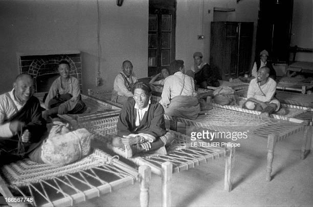 The Exile Of Dalai Lama In India En Inde en avril 1959 lors de la fuite de Chine vers l'Inde du DALAILAMA alias Tenzin GYATSO un groupe de réfugiés...