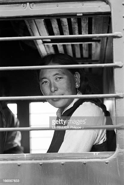 The Exile Of Dalai Lama In India En Inde à Tezpur en avril 1959 lors de la fuite de Chine vers l'Inde du DALAILAMA alias Tenzin GYATSO une femme...