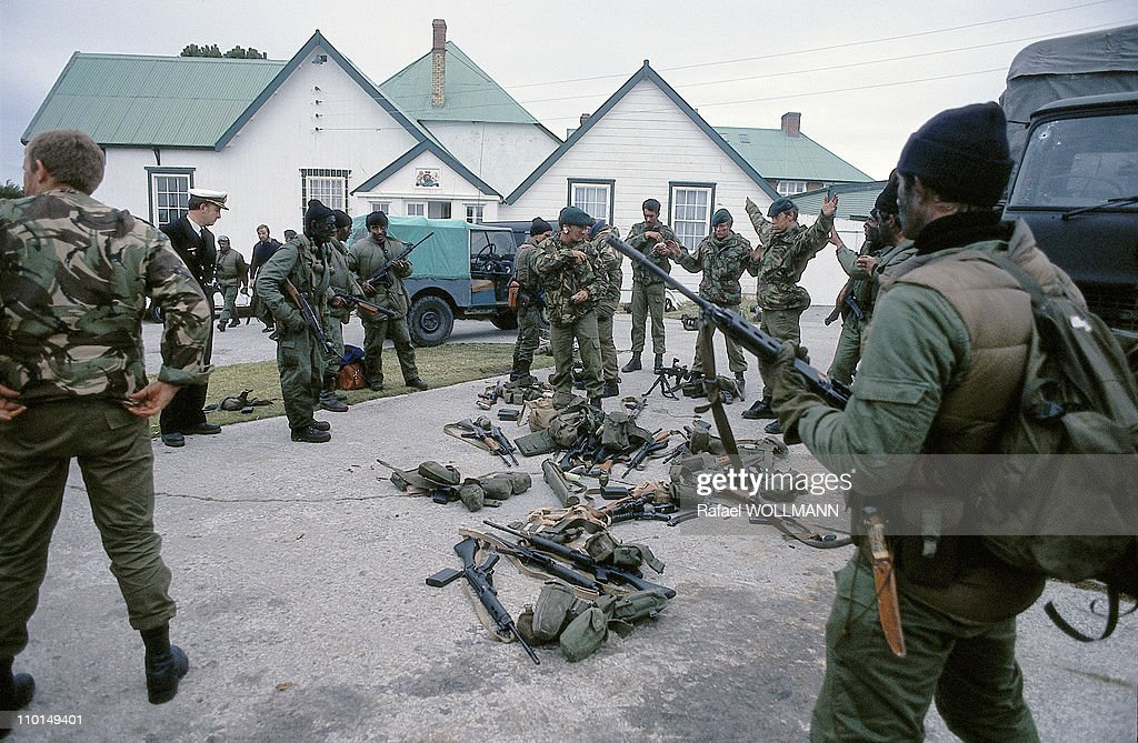 The Falklands War in Port Stanley, Grande-Bretagne in April, 1982 - British Soldiers Surrender to Argentinean Soldiers.