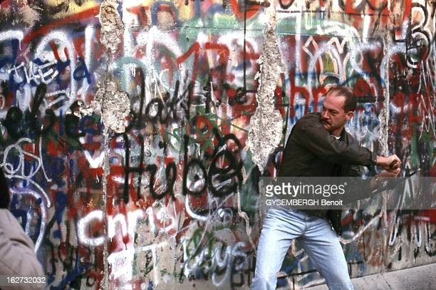 The Fall Of The Berlin Wall Ouverture du mur de Berlin Novembre 1989 Un homme casse le Mur recouvert de tags à coups de pioche