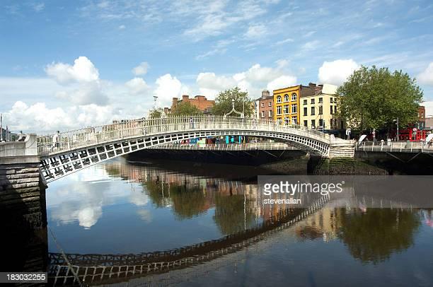 Die berühmte Ha'penny-Brücke in Dublin, Irland