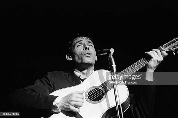 Singing Tour In Roubaix Le tour de chant de Jacques BREL à ROUBAIX pour ses adieux attitude du chanteur sur scène chantant en s'accompagnant à la...