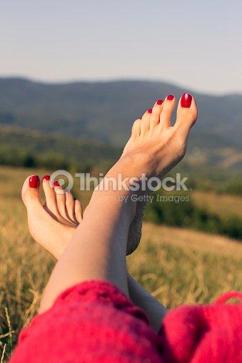 Una donna in piedi con unghie rosse su sfondo di montagne for Planimetrie da 2500 piedi quadrati