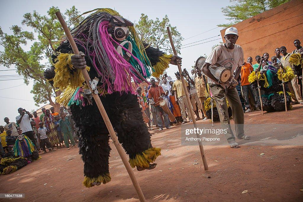 CONTENT] The festival of masks in Burkina Faso including masks leaves, fiber masks, feather masks, white masks, masks with straw, masks skins