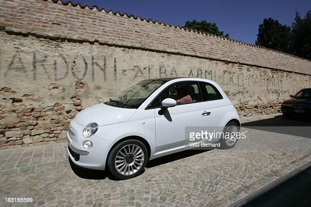 The Fiat 500 Patrick JARNOUX au volant de la nouvelle FIAT 500 dans une rue pavée de BARELLO près de Turin