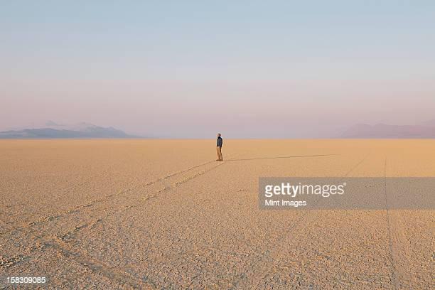 Die Abbildung von einem Mann im leeren Wüstenlandschaft