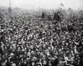 The first crowds gather at Buckingham palace in London for Armistice Day 11 November 1918 to commemorate the armistice signed between the Allies of...