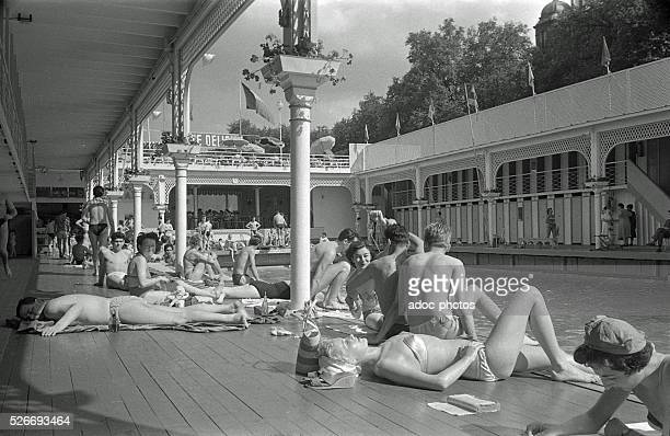 Piscine deligny photos et images de collection getty images for Floating swimming pool paris