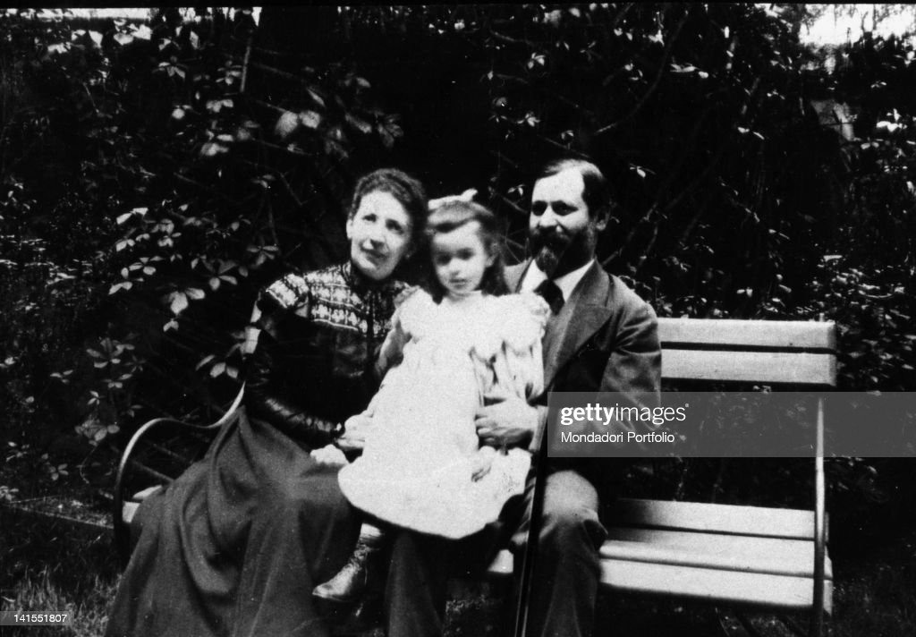 a biography of anna freud the daughter of sigmund freud and the founder of child psychoanalysis Born on december 3, 1895, anna was the youngest of sigmund and martha (née bernays) freud's six children she was a lively child, with a reputation for mischief.