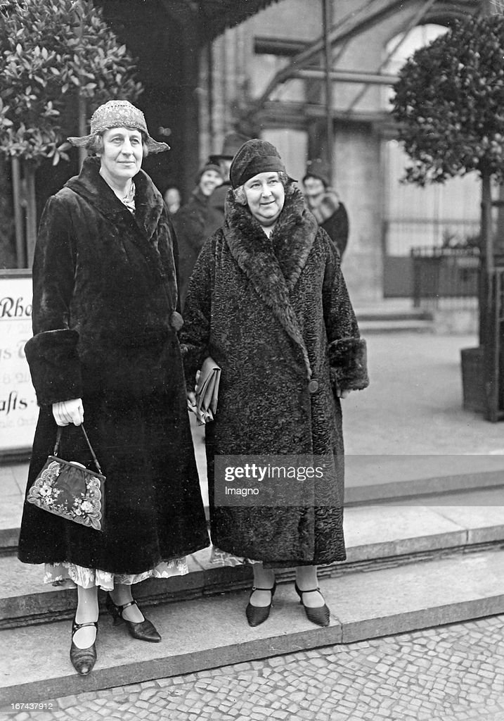 The founder of the animal rights association Lind of Hagby with her assistant - the Duchess of Hamilton - in Berlin. Germany. About 1930. Photograph. (Photo by Imagno/Getty Images) Die Gründerin der Tierschutz- und Antivivisektionsgesellschaft Lind of Hagby mit ihrer Mitarbeitern - der Herzogin von Hamilton - in Berlin. Um 1930. Photographie.