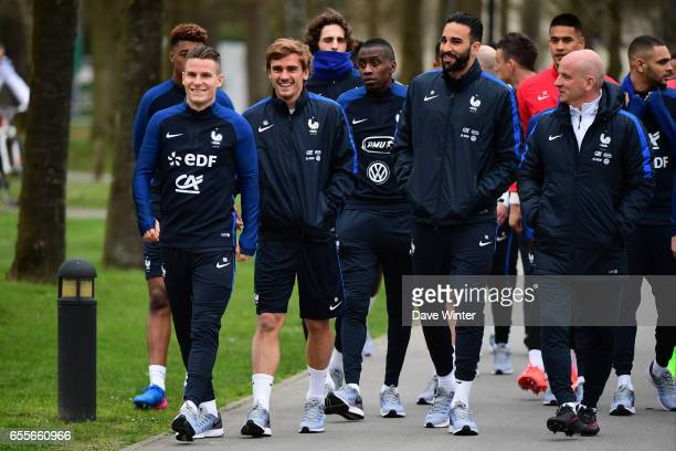 The France squad including Kevin Gameiro Antoine Griezmann Blaise Matuidi Adil Rami and assistant coach Guy Stephan during the trainig session of the...
