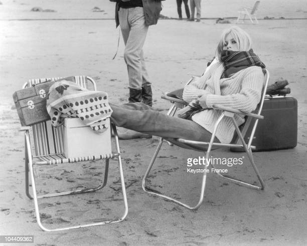 The French actress Brigitte BARDOT relaxing between two takes on the beach of Dirleton Scotland during the shooting of Serge BOURGUIGNON's film HEAD...