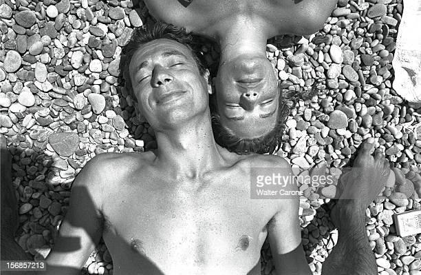 The French Riviera Yves MONTAND et Simone SIGNORET en vacances sur la C™te d'Azur Juillet 1951 le couple allongŽ sur une plage de galets