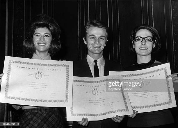 The French singers SHEILA Claude FRANCOIS and Nana MOUSKOURI holding up their diplomas of the 1964 Grand Prix National du Disque pop category at the...