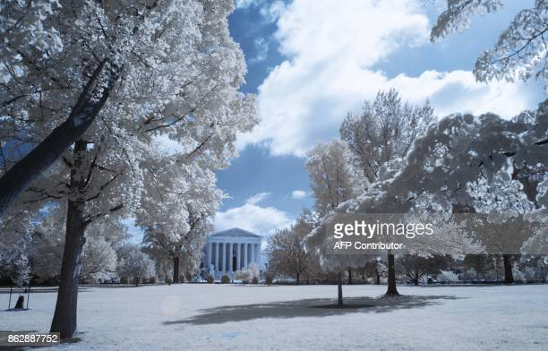 The front of the Supreme Court building is seen through trees in Washington DC on September 26 2017 / AFP PHOTO / Andrew CABALLEROREYNOLDS