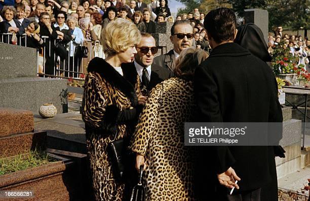 The Funeral Of Edith Piaf En France à Paris le 14 octobre 1963 lors des obsèques d'Edith PIAF chanteuse la foule venue rendre hommage Charles...