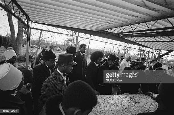The Funeral Of Elijah Muhammad Religious Chief Of The Black Muslims AfroAmerican Sect The Nation Of Islam Les obsèques d'Elijah MUHAMMAD chef...