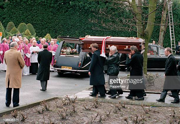 The funeral of Sir Matt Busby former Manchester United manager at the Church of Our Lady and St John in CharltoncumHardy near Manchester on 27th...