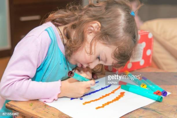 Das Mädchen lernt zu zeichnen.