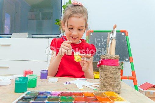 das m dchen malt mit farben die ausgeschnittenen papier h nde stock foto thinkstock. Black Bedroom Furniture Sets. Home Design Ideas