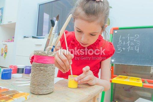la jeune fille peint avec les mains de papier peintures la d coupe photo thinkstock. Black Bedroom Furniture Sets. Home Design Ideas
