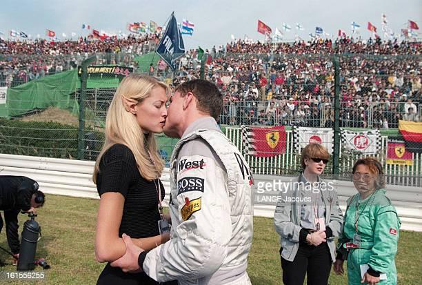 The Grand Prix Of Japan 1998 le GRAND PRIX DU JAPON 1998 course de voitures Le Top Model Heidi WICHLINSKI embrassant son compagnon le coureur...
