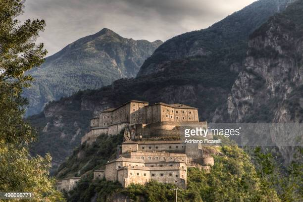 CONTENT] The grandeur of the fortress at the center of the valley to control the passage of people and army