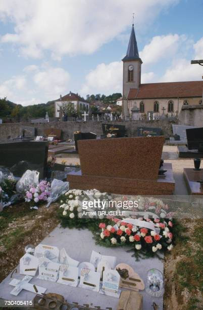 The grave of murdered four yearold boy Grégory Villemin on the day of his funeral in the churchyard of Lepanges Sur Vologne Vosges France 19th...