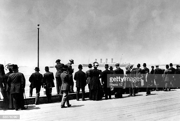 The great ocean liner 'Lusitania' leaving New York United States Washington Archives nationales