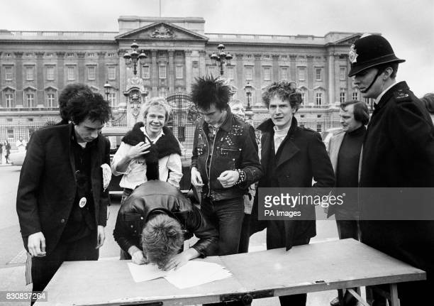 S MANAGER MALCOLM MCLAREN * 28/02/02 The group Sex Pistols signing a new recording contract with AM Records outside Buckingham Palace in London...