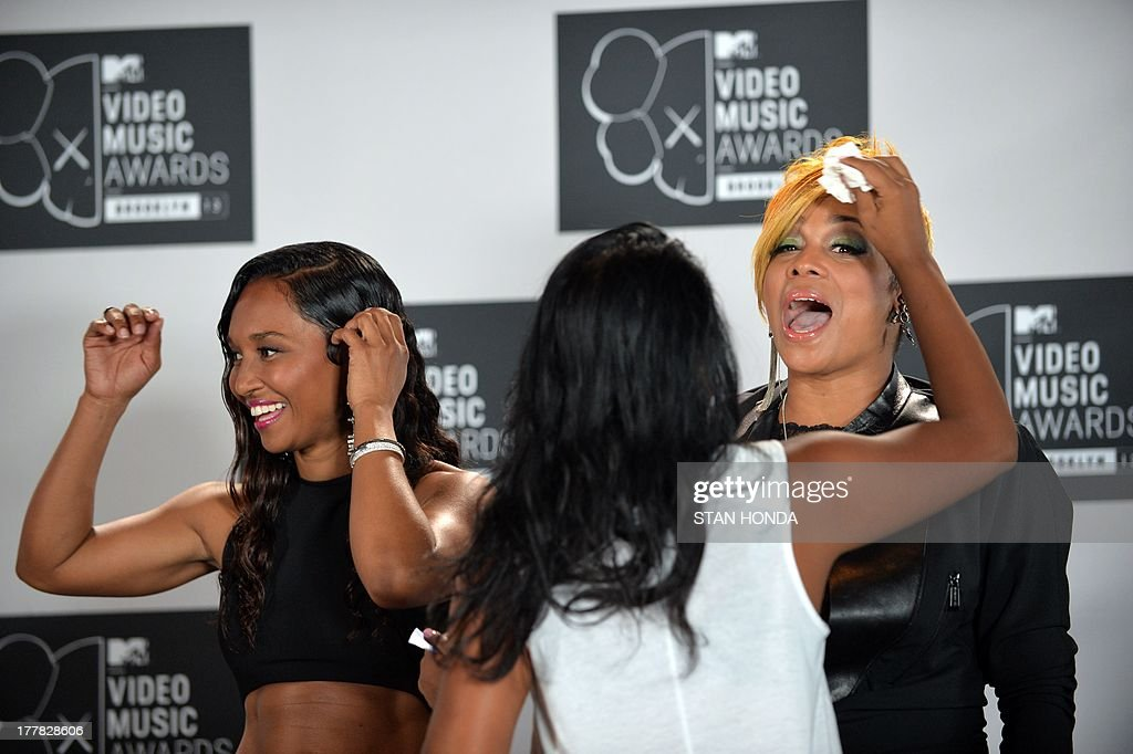 The group TLC, Rozonda Chilli Thomas (L) and Tionne T-Boz Watkins (R) gets some makeup at the MTV Video Music Awards August 25, 2013 at the Barclays Center in New York. AFP PHOTO/Stan HONDA