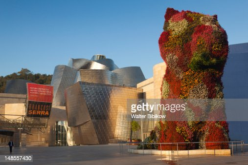 The Guggenheim Museum and Puppy, topiary dog by Jeff Koons. : Stock Photo