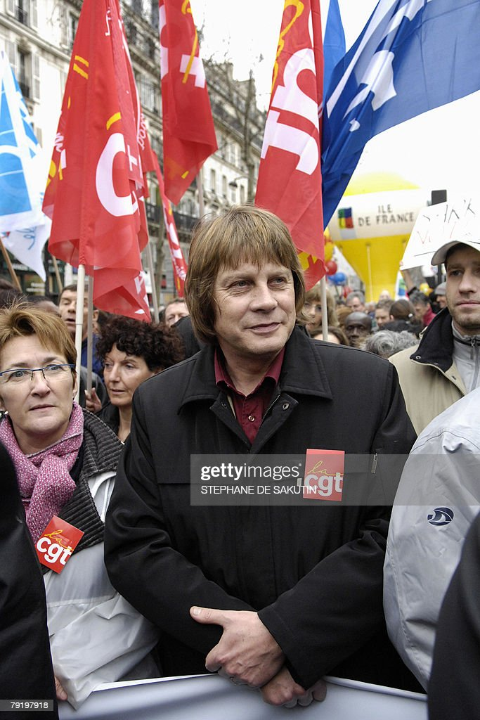 The head of the French CGT workers union Bernard Thibault (C) marches during a demonstration with teachers and other public service employees to protest against jobs cuts and low wages, 24 January 2008 in Paris. Seven of the eight unions representing France's 5.2 million state employees called for the one-day strike and protest marches in Paris and other cities.